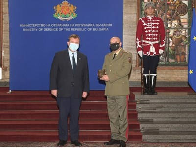 С почетен плакет на Министерството на отбраната бяха удостоени генерал-майор професор Венцислав Мутафчийски – началник на ВМА и главен лекар на Въоръжените сили. Снимки: Министерство на отбраната