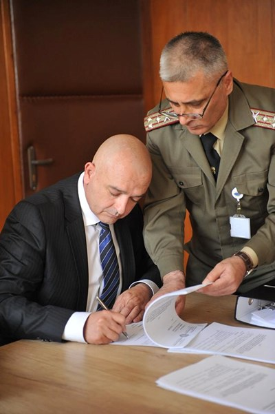 Полк. проф. д-р Венцислав Мутафчийски (вляво) зае поста на настоящия здравен министър проф. Николай Петров. СНИМКИ: Фейсбук