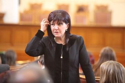 """Цвета Караянчева за първи път подава декларация като шеф на НС.  СНИМКИ: """"24 ЧАСА"""""""