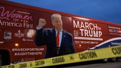 Тръмп надъхва феновете със свит юмрук.