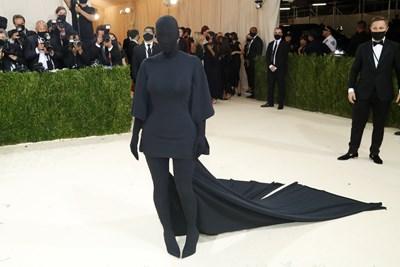 Ким Кардашиян бе цялата в черно.