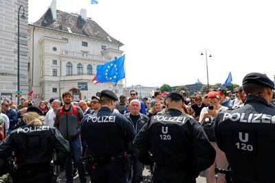 Хиляди се събраха за протест в центъра на Виена с искане да бъдат проведени нови избори  СНИМКИ: Ройтерс
