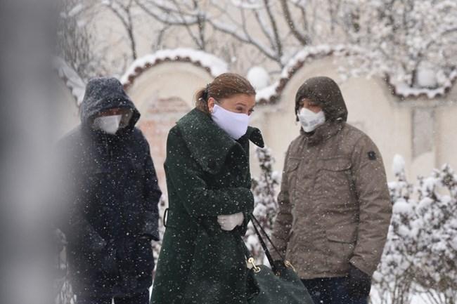 Вижте как депутатите влизат да се тестват за коронавирус (Снимки)