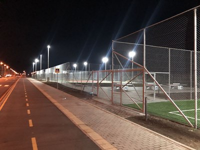 Спортните площадки са окъпани в светлина нощем.