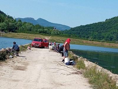 Ловци на сомчета висят на стария мост между селата Аспарухово и Добромир.