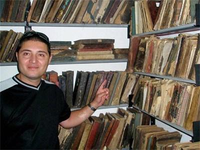 Петър Порумбачанов в библиотека. СНИМКА: ЛИЧЕН АРХИВ
