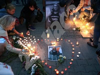 В София обградиха снимка на Виктория със сърце от свещи Снимки: Десислава Кулелиева СНИМКА: 24 часа