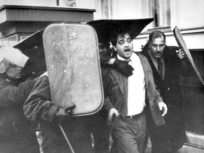На 10 януари 1997 г. полицаи пазят с щитовете си вътрешния министър Николай Добрев, придружаван от директора на СДВР Красимир Петров. Сн. Иван Захариев