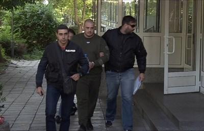 Петър Биберов-Кюфтето /в средата/ е един от задържаните при днешната спецакция. Снимки:Елена Фотева