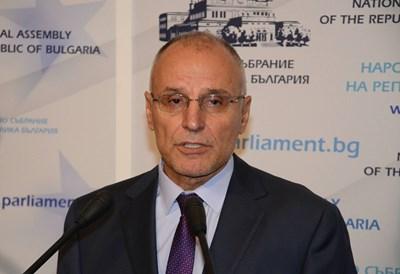 Управителят на БНБ Димитър Радев смята, че ниските лихви по активните операции на банките ще продължат да оказват натиск върху рентабилността им. СНИМКА: Архив