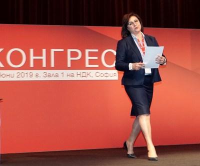 В емоционална реч пред червения конгрес Корнелия Нинова оттегли оставката си.  СНИМКИ: ДЕСИСЛАВА КУЛЕЛИЕВА