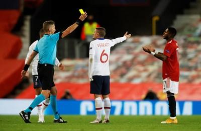 """Фред от """"Юнайтед"""" получава втори жълт картон, за да бъде изгонен от втори опит срещу ПСЖ. При първия червен картон го спаси VAR. СНИМКА: РОЙТЕРС"""
