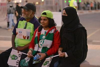 Развълнувани и щастливи на входа на стадиона в Джеда стотици жени се възползваха от възможността да гледат любимия си отбор на живо Снимка: Ройтерс