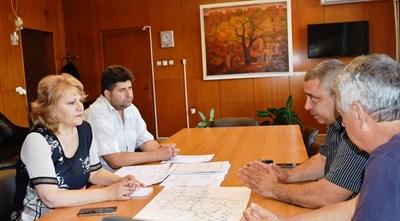 Областният управител порф.Любомиро Попова и шефът на ОПУ Венцислав Ангелов обсъдиха пътните ремонти