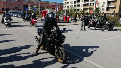 Дами с мотори се събраха пред зала Колодрума. Снимки: Марица.бг