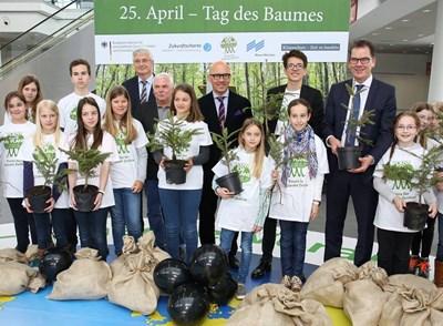 Феликс Финкбайнер (момчето с очилата отзад) заедно с младите активисти за засаждане на дървета. СНИМКА: Фейсбук