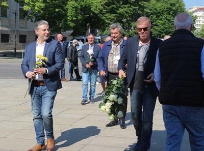 """Наско Сираков (вдясно) поднася цветя на паметника на Васил Левски в деня на 106-ата годишнина от основаването на """"сините"""". Вляво от него са Тодор Батков и Павел Колев."""
