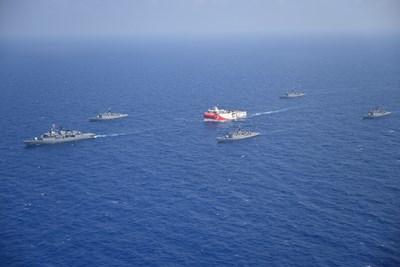 """Турският изследователски кораб """"Оруч Реис"""", придужен от бойни кораби, в Средиземно море СНИМКА: РОЙТЕРС"""