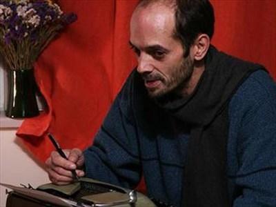 Петър Дамянов пред пишещата машина на баща си