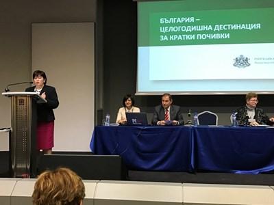 Министър Стела Балтова говори за тенденцията за все по-кратки почивки на европейците СНИМКА: Ралица Даскалова