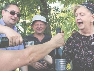 """Продуцентът Пенко Русев (вляво) и сценаристът Михаил Вешим се надяват премиерата на """"Английският съсед"""" да е напролет. Една от първите, поканени да участва, е Татяна Лолова.  СНИМКИ: РЕНЕТА ПОПОВА"""