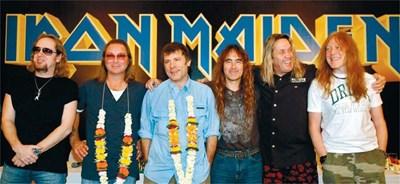 """От ляво на дясно: Ейдриън Смит, Дейв Мъри, Брус Дикинсън, Стив Харис, Нико Макбрейн и Яник Гърс. На снимката вдясно - обложката на албума, а централна фигура в нея е отново чудовището Еди в поредната му зловеща реинкарнация. СНИМКИ: РОЙТЕРС И """"АНИМАТО МЮЗИК"""""""