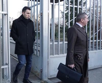 Евгени Крусев излезе от следствието, придужен от адвокат Менко Менков