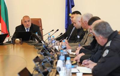 Премиерът Бойко Борисов свика на съвещание силовите министерства и службите заради опасността от бежанска вълна.