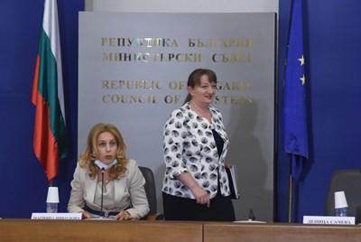 Социалната министърка Деница Сачева (вдясно) представи промените в Кодекса на труда пред тристранката.  СНИМКА: ВЕЛИСЛАВ НИКОЛОВ