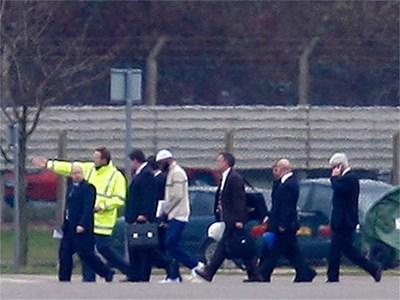 Бившият затворник от Гуантанамо Биням Мохамед, заобиколен от агенти на специалните служби, при пристигането му във Великобритания миналата година. По същия начин, но без излишна публичност у нас кацна и Мосум Абда Мохамед.  СНИМКА: РОЙТЕРС