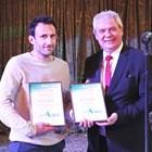Председателят на Селскостопанска акадения проф. Мартин Банов награждава призьор от конкурса за иновации