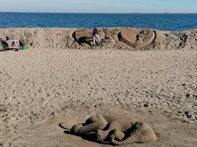 Новите пясъчни фигури на плажа веднага привлякоха вниманието на бургазлии. Снимки:Елена Фотева