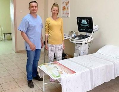 Д-р Събев и майката на бебето Сийка Стоева