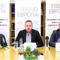Модераторът Георги Милков със зам.-министър Явор Гечев (вдясно) и Димитър Зоров по време на дискусията.