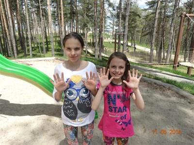 Сияна (вляво) с най-добрата си приятелка - родната си сестра. СНИМКИ: АРХИВ НА СЕМЕЙСТВОТО