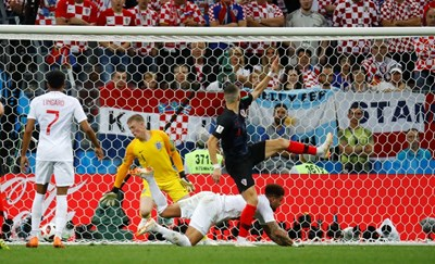 Иван Перешич (в черно) изравнява резултата за Хърватия срещу Англия. СНИМКА: РОЙТЕРС