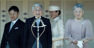 Японският император Акихито сдава трона на сина си принц Нарухито на 1 май. Вдясно е императрица Мичико, а в бяло е съпругата на престолонаследника - принцеса Масако. СНИМКА: РОЙТЕРС