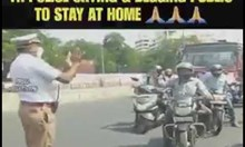 Индийски полицай се моли на хората да се приберат по домовете си