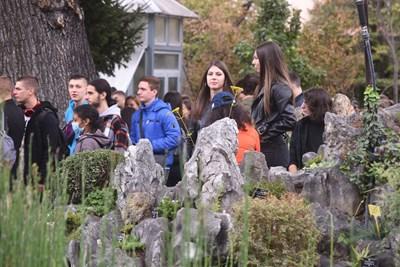 Студенти се радват на церемонията сред растенията в Ботаническата градина на Софийския университет.  СНИМКИ: ВЕЛИСЛАВ НИКОЛОВ