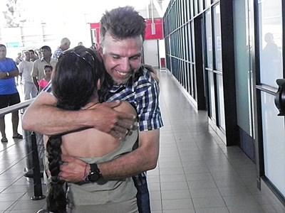 Боян Петров прегръща съпругата си Радослава при пристигането си в София. СНИМКА: Румяна Тонeва