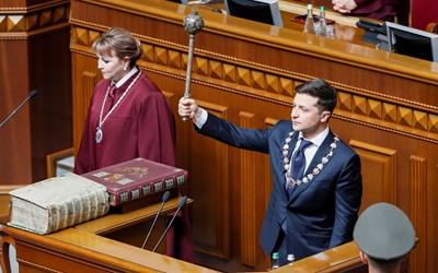 Володимир Зеленски се заклева с президентския жезъл в ръка.  СНИМКА: РОЙТЕРС