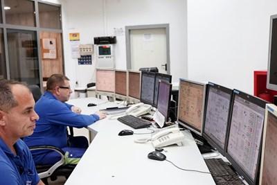 От контролната зала се следи и управлява работата на блоковете.