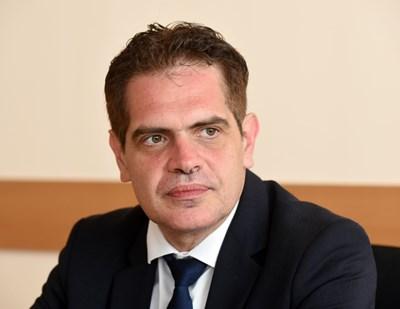 Министърът на икономиката Лъчезар Борисов е от малкото, които са минали като държавни експерти по административната стълбица.