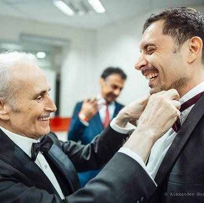 Хосе Карерас оправя лично папийонката на ученика си Росен Ненчев. СНИМКА: ALEXANDER БОГДАН THOMSON