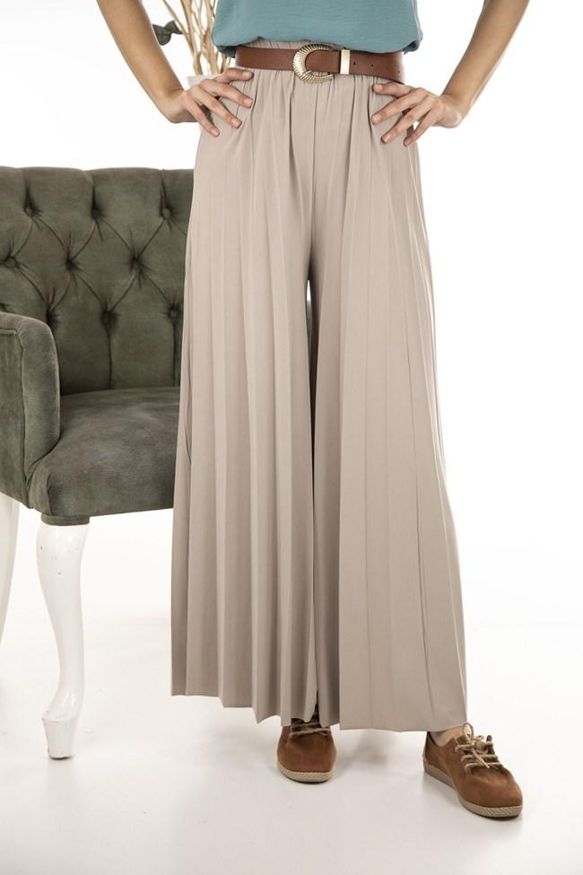 Късите панталонки се носят в комбинация с ботуши тази пролет