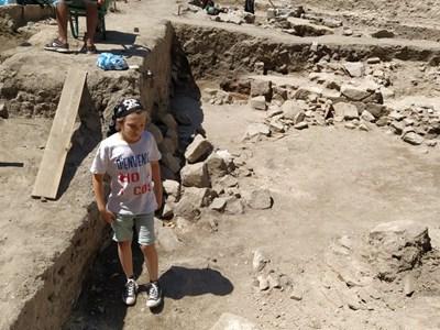 Малкият Крис броди сред старините и почиства наравно с археолозите древните зидове. Снимки: Авторът