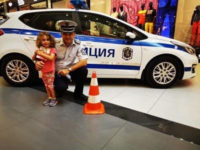 Инспектор Ботьо Гиргинов от КАТ-Пловдив посрещаше децата