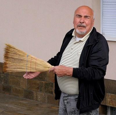 70-годишният Стойчо Ройдов иска да се види с този, който е подал сигнала срещу сестра му Иванка. СНИМКА: Наташа Манева