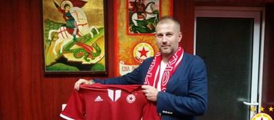 Eдуард Йорданеску позира с фланелката на ЦСКА. Снимка официален сайт на клуба.