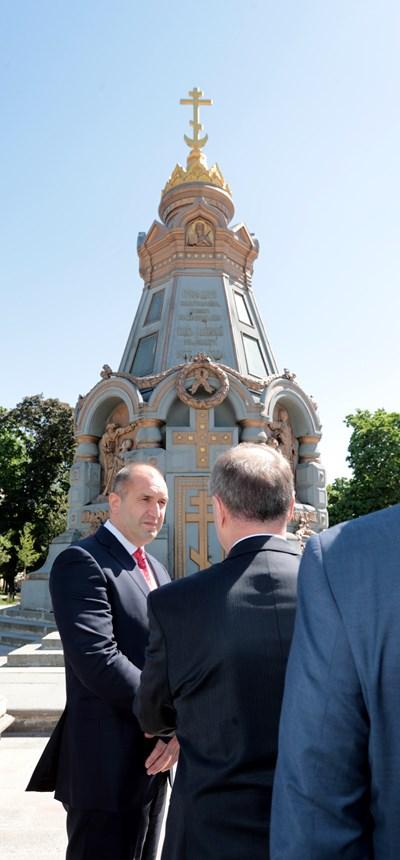 Румен Радев пред Паметника на Героите от Плевенската епопея в Руско-турската освободителна война в Москва. Снимки: Прессекретариат на президента